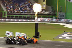 Ganador de la carrera Juan Pablo Montoya y el segundo lugar Tom Kristensen in the KTM X-Bow Comp R