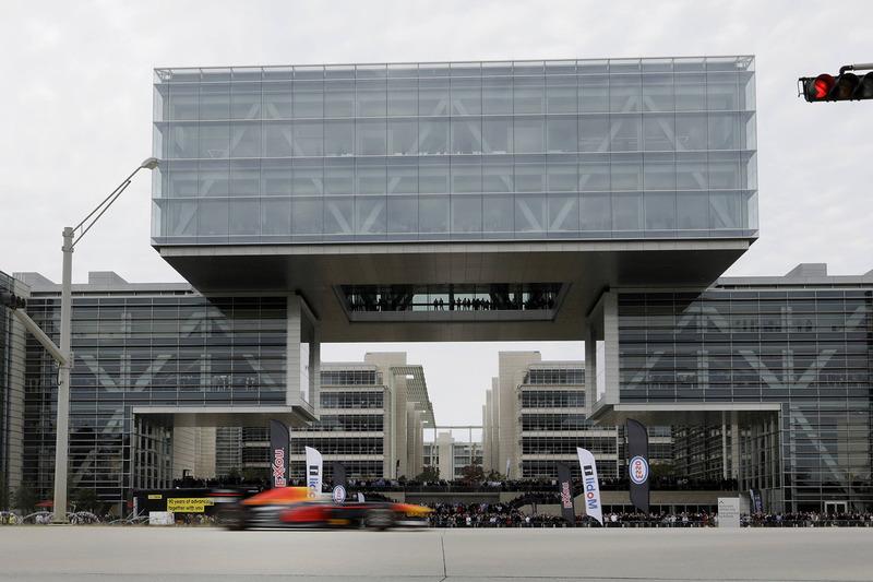 Ricciardo raast langs het hoofdkantoor