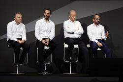 Bob Bell, Renault Sport F1 Team director técnico con Cyril Abiteboul, Renault Sport F1 Gerente; Jérôme Stoll, Renault Sport F1 Presidente; y Thierry Koskas, Renault Executive Vice President de ventas y Marketing