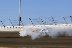 Kyle Busch, Joe Gibbs Racing Toyota, Erik Jones, Furniture Row Racing Toyota ,Matt Kenseth, Joe Gibbs Racing Toyota en Ty Dillon, Germain Racing Chevrolet crash