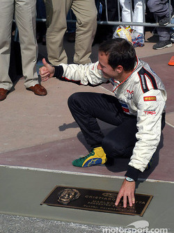 كريستيانو دا ماتا يضع اسمه على رصيف المشاهير في كاليفورنيا
