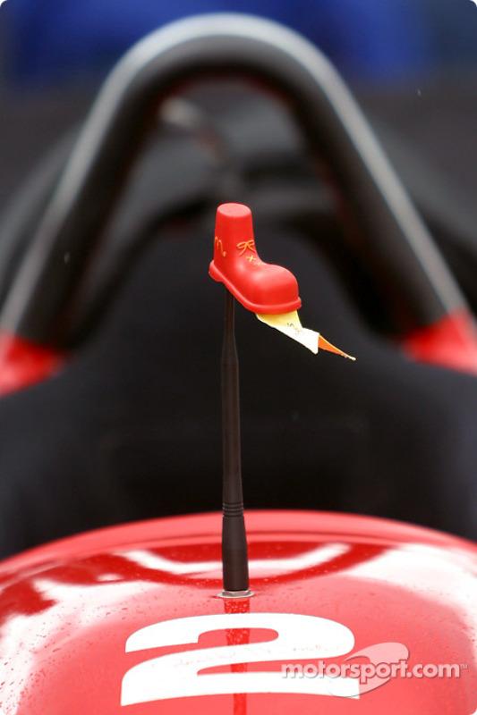 Les chaussures Ronald McDonald sur la voiture de Sébastien Bourdais