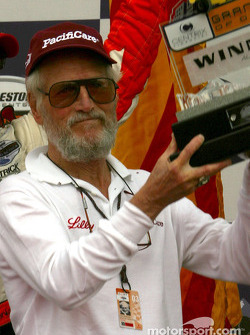Paul Newman receives owner's trophy