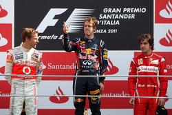 Podium: Sieger Sebastian Vettel, Red Bull Racing, 2. Platz Jenson Button, McLaren Mercedes, 3. Platz Fernando Alonso, Scuderia Ferrari