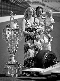 El ganadro de Indy 500 del Dan Wheldon, Bryan Herta Autosport con Curb / Agajanian con su esposa Sus