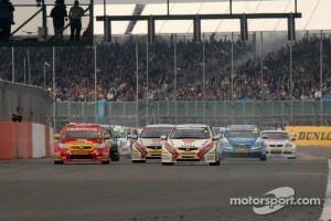 Honda Racing's Matt Neal leads from the Start