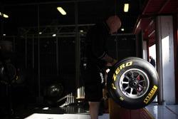 Инженеры работают над шинами Pirelli