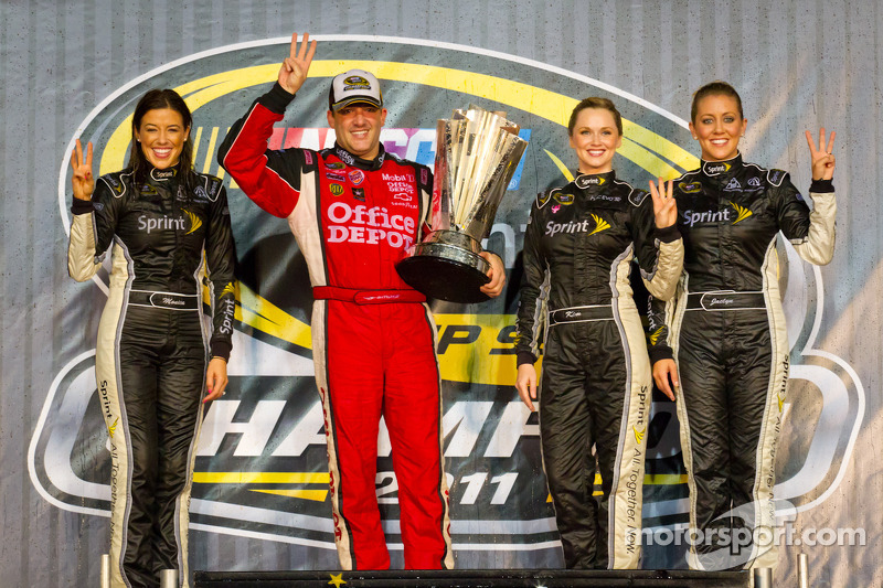 Victory Lane: 2011 NASCAR Sprint Cup Series Champion Tony Stewart, Stewart-Haas Racing Chevrolet mit dem Sprint Cup - Girls