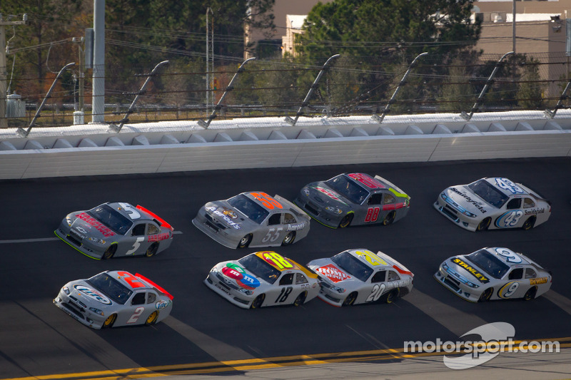 Kasey Kahne, Hendrick Motorsports Chevrolet en Brad Keselowski, Penske Racing Dodge aan de leiding