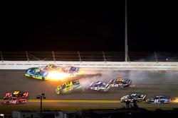 Paul Menard, Richard Childress Racing Chevrolet, David Ragan, Front Row Motorsports Ford and Michael Waltrip, Michael Waltrip Racing Toyota crash