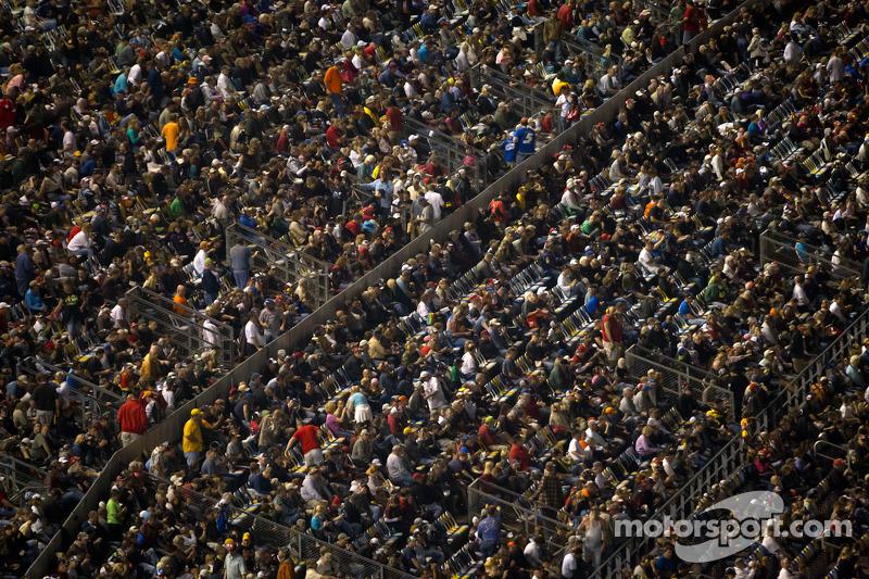 Fans bekijken de activiteiten voor de wedstrijd