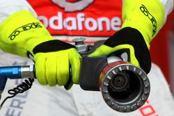 Pitlane atmosphere, McLaren Mercedes mechanic