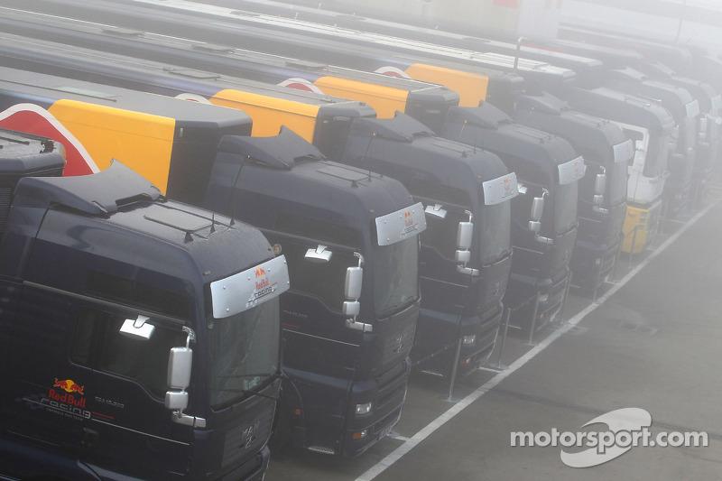 Mist over het circuit en Red Bull Racing