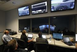 Fernando Alonso en el simulador Honda Performance mientras los ingenieros ven desde la sala de control