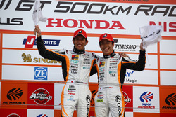 GT300 podium: race winner #51 JMS P.MU LMcorsa RC F GT3:中山雄一, 坪井翔