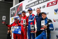 Podio: Ganador de la carrera Alfonso Celis Jr., Fortec Motorsports, segundo lugar Roy Nissany, RP Motorsport, tercer lugar Egor Orudzhev, AVF con el novato Diego Menchaca, Fortec Motorsports