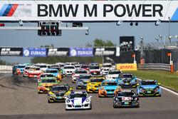 Start zum Rennen, #249 FK Performance Motorsport, BMW M235i Racing: Yannick Mettler, Patrick Hinte, Michael Schrey, Marc Ehret in der 2. Reihe