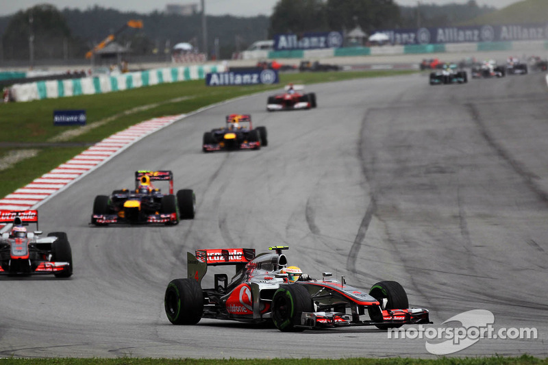 Lewis Hamilton, McLaren leidt voor ploegmaat Jenson Button, McLaren bij de start