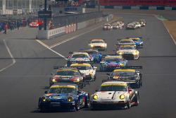 GT300 start: #911 Team Taisan Endless Porsche 997 GT3: Kyosuke Mineo, Naoki Yokomizo and #33 Hankook KTR Porsche 911 GT3 R: Masami Kageyama, Tomonobu Fujii