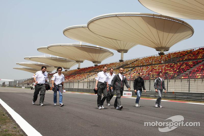 Sergio Pérez, Sauber F1 Team camina por el circuito