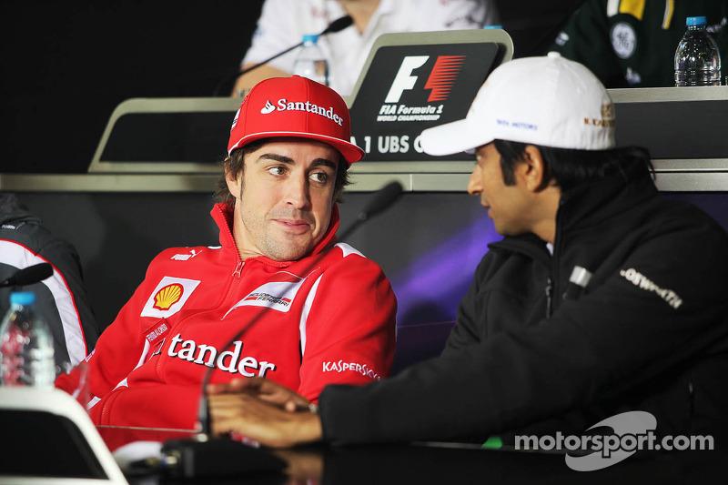 Fernando Alonso, Scuderia Ferrari met Narain Karthikeyan, Hispania Racing F1 Team, in de FIA persconferentie