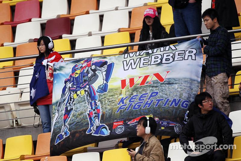 Fans van Mark Webber, Red Bull Racing  in de tribune met spandoek