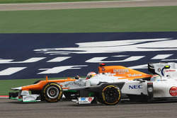 Paul di Resta, Sahara Force India and Sergio Perez, Sauber battle for position