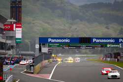 Lap 2 under yellow: the field enters pitlane for tire change as rain starts falling even more