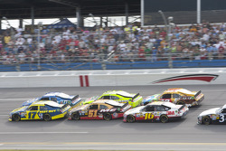 Matt Kenseth, Roush Fenway Racing Ford leads the restart