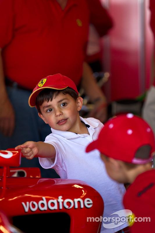 Kinderen bezoeken F1 Clienti