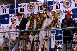 Podyum: Allan McNish, Laurent Aiello, Stéphane Ortelli, Porsche 911 GT1-98