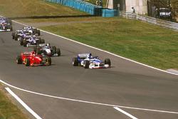 Damon Hill, Arrows A18 Yamaha, Eddie Irvine, Ferrari F310B en Mika Hakkinen McLaren MP4/12 Mercedes