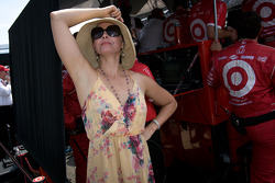 Ashley Judd, wife of Dario Franchitti, Target Chip Ganassi Racing Honda, watches the last moments of the race