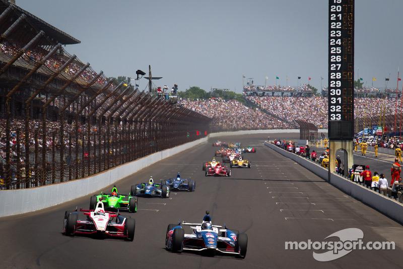 Marco Andretti, Andretti Autosport Chevrolet and Ryan Briscoe, Team Penske Chevrolet battle for the lead