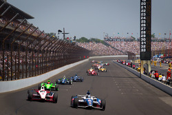 Marco Andretti, Andretti Autosport Chevrolet and Ryan Briscoe, Team Penske Chevrolet battle for the lead