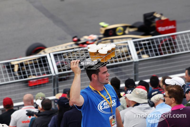 Romain Grosjean, Lotus F1 passeert bierverkoper in de tribune