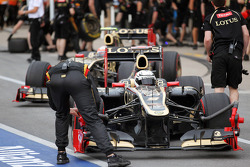 Kimi Raikkonen, Lotus F1 and Romain Grosjean, Lotus F1 in the pits