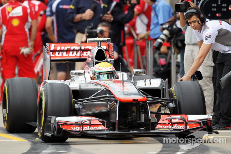 Lewis Hamilton, McLaren Mercedes in de pits