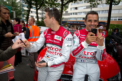 Andre Lotterer signs autographs while Benoit Tréluyer 'Instagrams' Motorsport.com's photographer