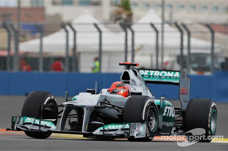Немцу уже исполнилось 43 и он третий год гонялся в составе Mercedes после возвращения в Ф1