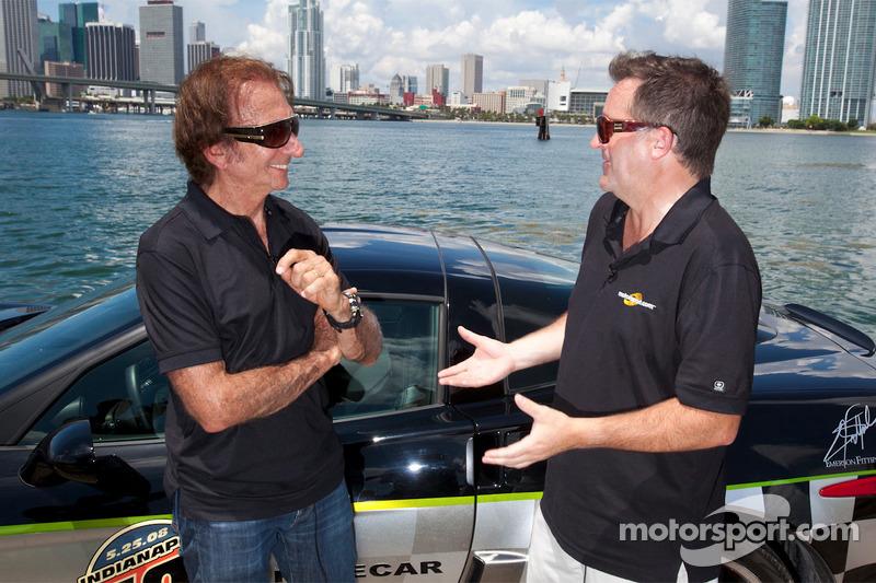Motorsport.com Betriebsleiter Eric Gilbert mit Emerson Fittipaldi