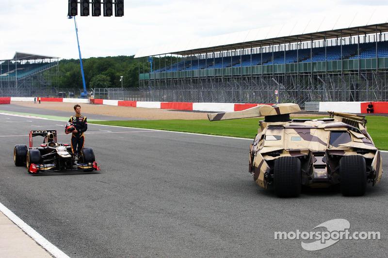 Romain Grosjean, Lotus F1 E20 met Tumbler voertuig van de Batman film The Dark Night Rises