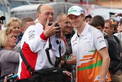 Nico Hulkenberg, Sahara Force India Formula One Team with a fan