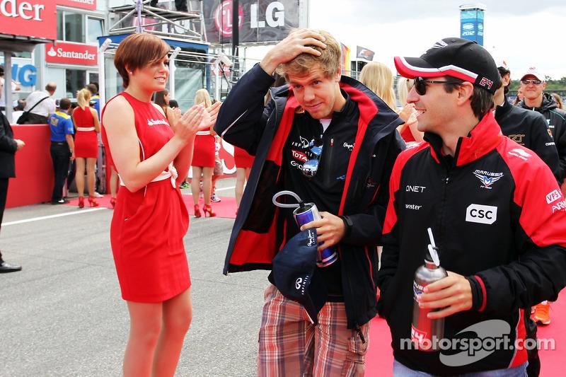 Sebastian Vettel, Red Bull Racing met Timo Glock, Marussia F1 Team op de rijdersparade