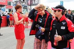 Sebastian Vettel, Red Bull Racing y Timo Glock, Marussia F1 Team en el desfile de pilotos