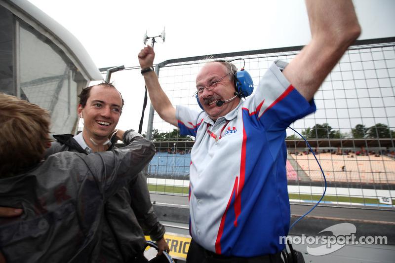 Jenzer Motorsport teamleden vieren