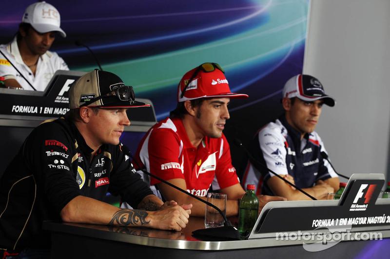 Kimi Raikkonen, Lotus F1 Team; Fernando Alonso, Ferrari; en Pastor Maldonado, Williams in de FIA persconferentie