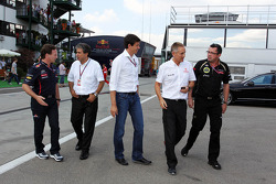 Christian Horner, Red Bull Racing Team Principal; Pasquale Lattuneddu, FOM; Toto Wolff, Williams Non Executive Director; Martin Whitmarsh, McLaren Chief Executive Officer en Eric Boullier, Lotus F1 Team Principal meeting met Bernie Ecclestone
