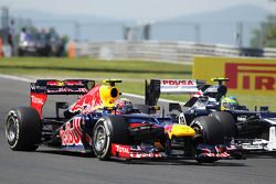 Mark Webber, de Red Bull Racing y Bruno Senna, de Williams luchan por la posición al inicio de la carrera