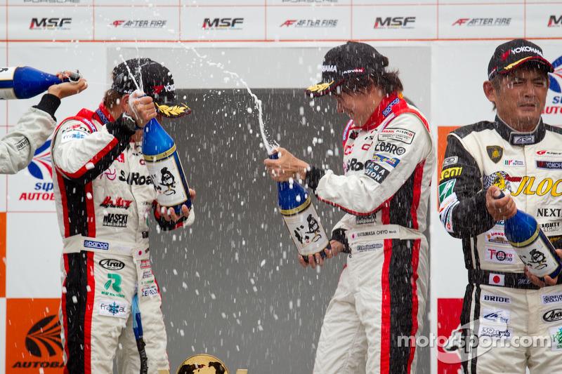 GT300 podium: winnaars Yuhi Sekiguchi en Katsumasa Chiyo